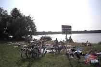 Přes zákaz koupání tráví na Kunovské tabuli horké léto desítky lidí.