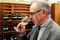 Sedmašedesátiletý Josef  Bičan je ostříleným znalcem nápoje zhroznů révy vinné.