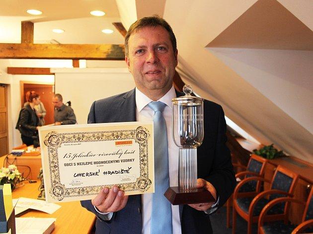 Starosta Uherského Hradiště Stanislav Blaha ukazuje diplom a pohár pro vítěze na 15. ročníku Jelínkova vizovického koštu, Hradiště bylo obcí s nejlépe hodnocenými vzorky slivovice.