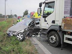 Zranění a transport řidiče do nemocnice si vyžádala srážka nákladního auta s osobním vozidlem v pátek 14. září krátce po 10. hodině dopoledne u benzinky na silnici I/50 v Uherském Brodě.