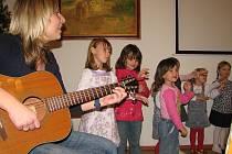 Děti z mateřinky si u stromečku zazpívaly i zarecitovaly.