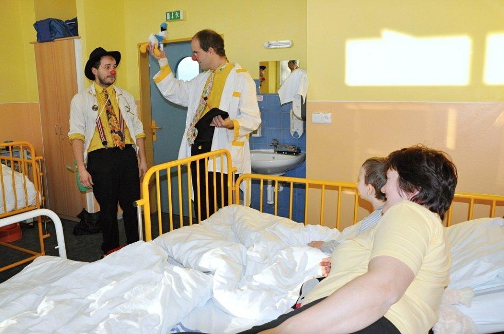 Doktor Kokotík a docent Suchar vykouzlili úsměv na tváři malých pacientů.