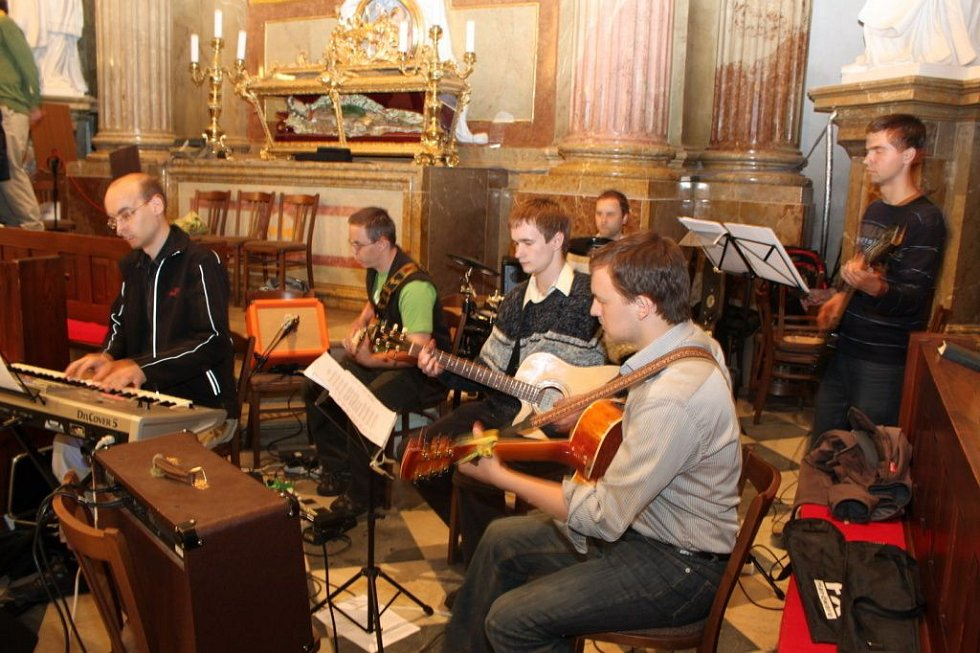 Zpěvem a hudbou doprovázela mši svatou brněnská schola.