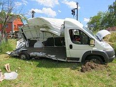 Obrovským štěstím a bez zranění řidiče dodávky i pasažérů vlakové soupravy skončila srážka nákladního vozidla s vlakem na železničním přejezdu v Drslavicích. Nehoda, která je stále v šetření kriminalistů, se stala hodinu po středečním poledni 22. června.