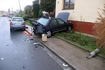 Při nehodě v Sadech vznikla na vozech a domě celková škoda 80 tisíc korun.