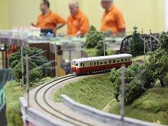 Po obřím kolejišti v Hluku se prohání 14 modelů vlakových souprav.