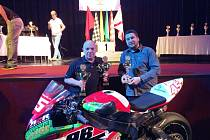 Motocykový jezdec Karel Kalina (vlevo) na slavnostním vyhlášení Mistrovství AČR motocyklových závodů s mechanikem Tomášem Trávníčkem.