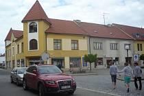 Rodný dům Mikiho Volka stával na uherskohradišťském Mariánském náměstí. Na jeho místě se nyní nachází obchodní dům. Možná, že fasádu této budovy bude v budoucnu zdobit pamětní deska připomínající význam legendárního zpěváka.