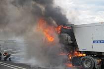 Kamion plný papírové drti zachvátily za jízdy plameny