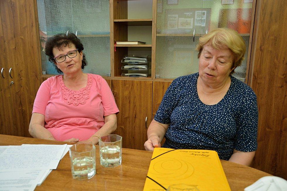 Starostka Sazovic Edita Hrbáčková (vlevo) a kronikářka Věra Nejezová. Snímek z 24. června 2021.