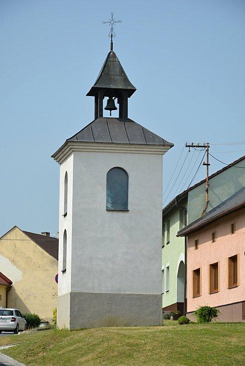 Na březích Svodnice leží Sazovice, vesnička má milená...  Zvonička v Sazovicích, snímek z 24. června 2021.