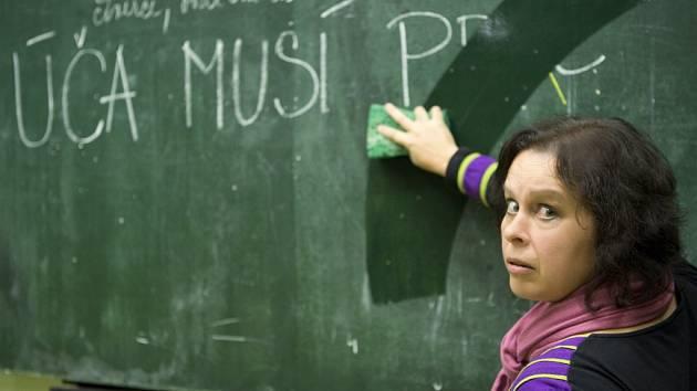 Herečka Irena Vacková před třídní tabulí.