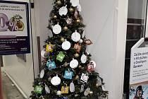 Vánoční strom je umístěn u vchodu do hypermarketu