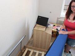 Celý byt Marie Zedníčkové je zamořen štěnicemi. Nejmarkantnější známky jejich pobytu má Marie Zedníčková nad hlavou a pod hlavou u své postele.