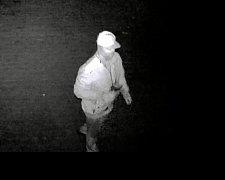 """Po dosud neznámém """"umělci"""", který v noci z úterka na středu 13. září v Uherském Brodě v ulici Nivnická svými výtvory poškodil boční stěny budovy benzinové čerpací stanice včetně všech výdejních stojanů, pátrají policisté."""