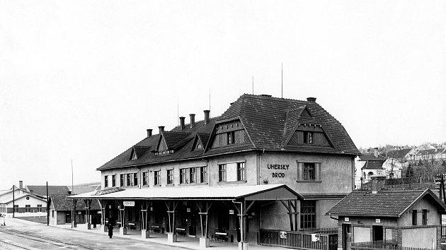 Nové nádraží v Uherském Brodě vybudované v letech 1926-27, fotografie z roku 1928.