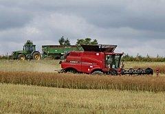 Lidé prvního žňového sledu – tak se říká kombajnérům, jimž je svěřena sklizeň řepky, ječmene a pšenice.