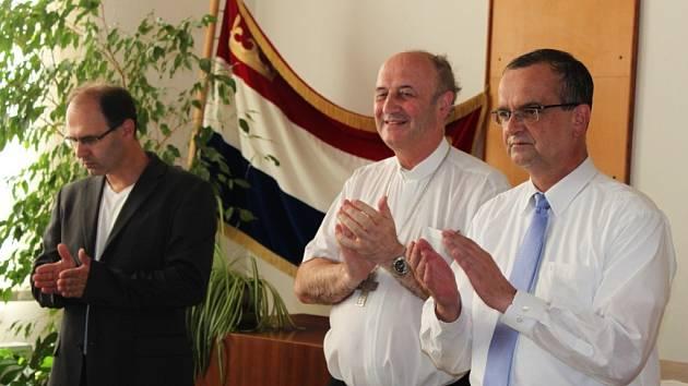 CENY NEJLEPŠÍM. Arcibiskup Jan Graubner (uprostřed) spolu s ministrem financí Miroslavem Kalouskem se zúčastnili předávání ocenění starostům nejlepších tištěných obecních a městských zpravodajů.