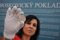 Boskovický poklad obsahuje mimo jiné i tuto stříbrnou tolarovou minci o průměru 4 cm a hmotnosti cca 28 gramů.
