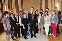 Starosta Uherského Hradiště Stanislav Blaha přijal některé současné i minulé vedoucí souboru Hradišťánek na radnici.
