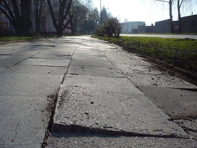 """Nástrahám zimy """"neodolal"""" chodník ve Staré Tenici. Jeho stav označují někteří tamní obyvatelé jako nebezpečný."""