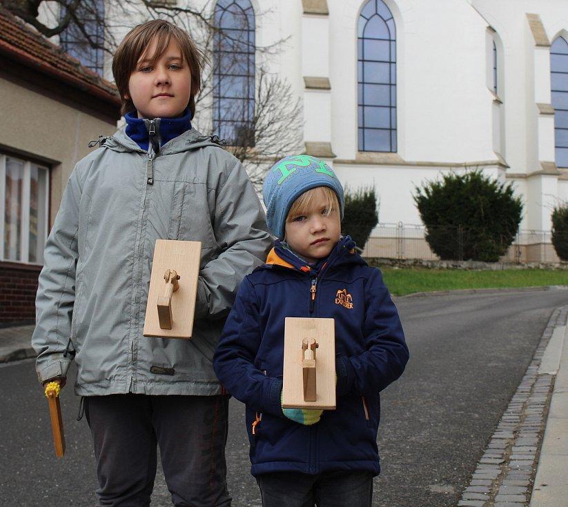 Bílá sobota v Dolním Němčí. Klepáči - ministranti devítiletý Ondřej a pětiletý Lukáš Tinkovi.