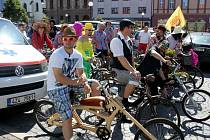 U orlovny na Mariánském náměstí se v sobotu sešlo třicet pět recesistů na bicyklech, aby se vydali na 40. ročník jízdy Giro de Pivko.