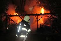 Hasiči mají za sebou dramatický zásah v Kněžpoli, kam v pondělí 14. června krátce před devátou večer vyrazila jednotka profesionálů z Uherského Hradiště, likvidovat požár pergoly a okolních stromů.