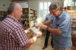 KŘEST VODOU. Tři kmotři pokřtili druhý díl publikace Povídání o naší knihovně vodou ze tří studánek.