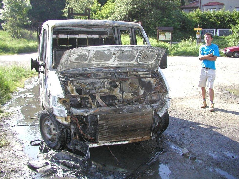 Oheň zlikvidoval většinu dodávky, nezachvátil pouze její korbu. Škody se vyšplhaly až na několik desítek tisíc korun.