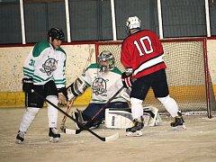 Ve čtvrtfinále Okresní hokejové ligy (OHL) rozdrtili Shooters (v bílém) celek Devils 11:0.