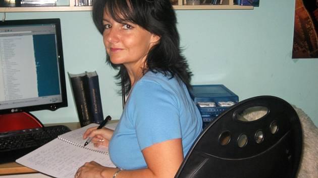 Monika Zajíčková analyzuje získané poznatky ze vstupního rozhovoru s klientem, aby mu doporučila vhodnou léčbu.