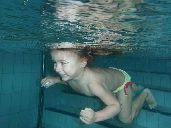 VDĚTSKÉM BAZÉNU. Strach malých dětí před vodou spolehlivě odbourá soustřední při hře.