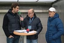 Hlasatel Slovácka Aleš Mazúrek (na snímku uprostřed) zpovídá hokejistu Jaroslava Balaštíka (vlevo).