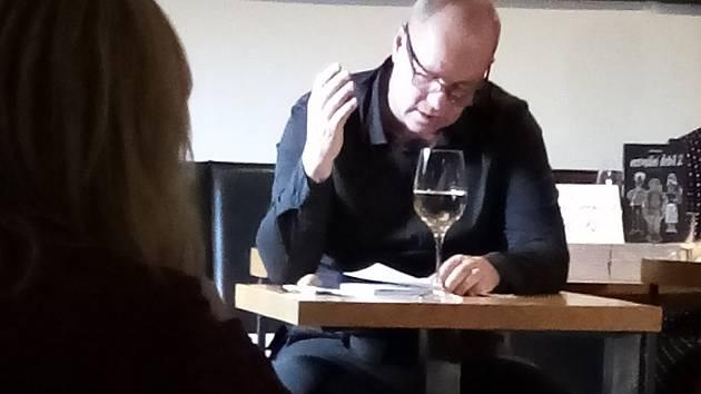 Robert Bellan při křtu knihy Normální debil 2 v hradišťském Jiné Café.