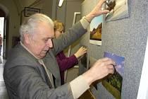 Výstavu instaloval autor Josef Macenauer společně s pracovníky informačního centra pro mládež.