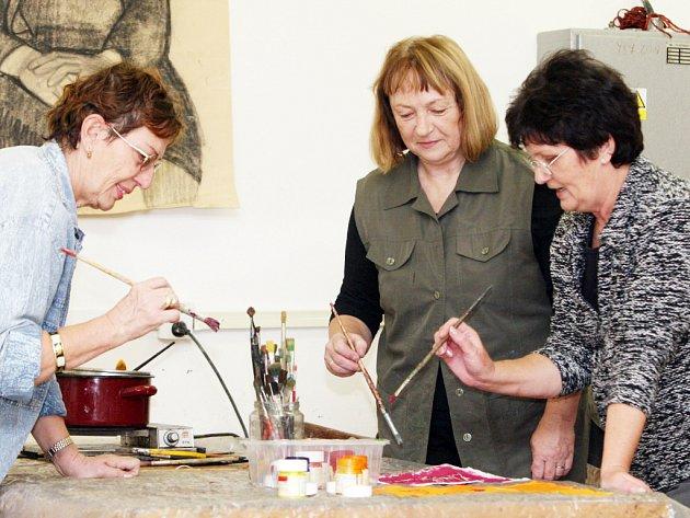 Lektorka Věra Machalínková (uprostřed) s účastnicemi kurzu ráda debatuje.