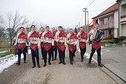 Bobkovníků v Bystřici pod Lopeníkem chodilo letos jedenáct. Lidé na ně opět čekali před svými domy.