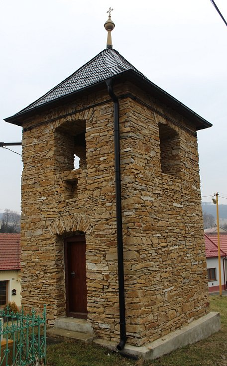 Bystřice pod Lopeníkem, obec na úpatí Bílých Karpat. Zvonice.