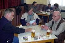 Oblíbená karetní hra přilákala do mistřické hospody třicet hráčů.