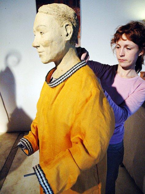 POSLEDNÍ ÚPRAVY. Spoluautorka oděvů i obuvi Petra Bitnerová (na snímku) dokončuje oblékání nové ženské figury.
