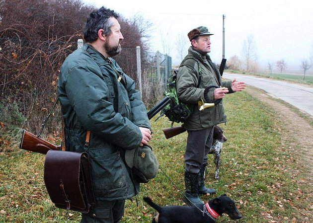 Předseda  (vpravo) i hospodář mysliveckého sdružení kladli střelcům na srdce, aby při honu bezpečně zacházeli se zbraněmi.