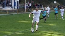 Fotbalisté Ořechova (bílé dresy) doma prohráli s vedoucími Nezdenicemi.