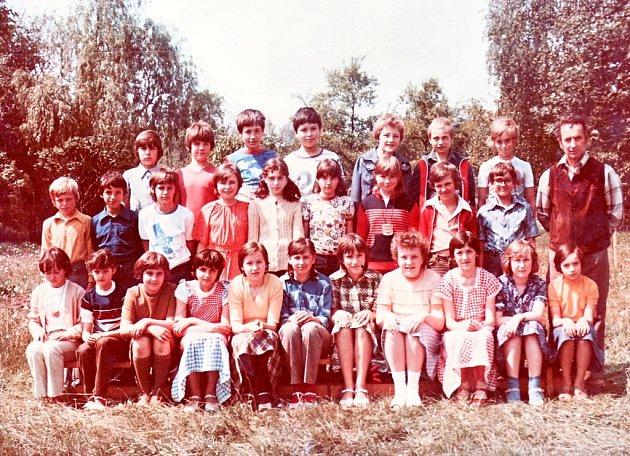 6. třída s třídním učitelem Jaroslavem Slavíkem, Hluk v roce 1981.