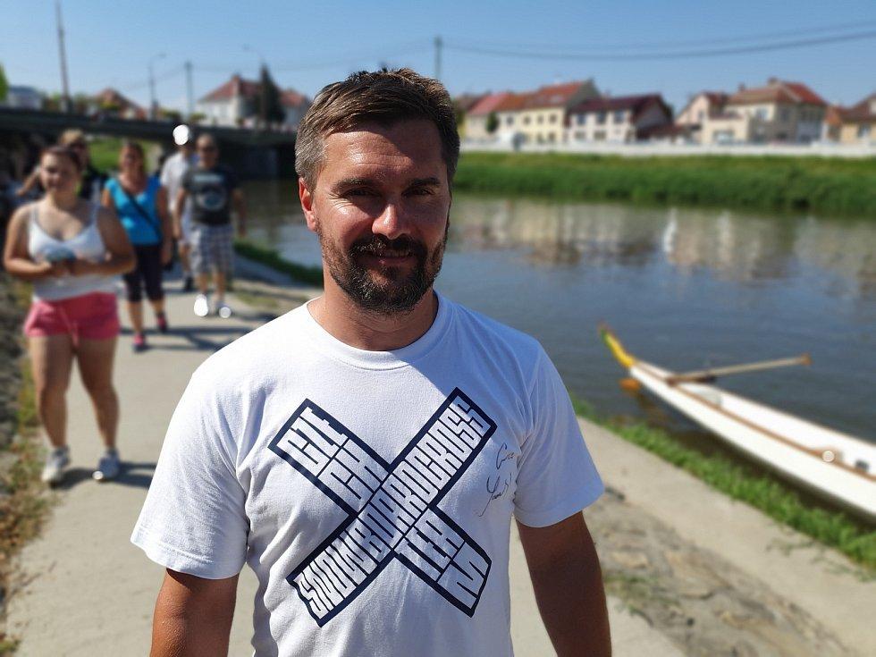 Trenér olympioničky Evy Samkové Marek Jelínek společně s kamarády usedl v Uherském Hradišti do dračí lodě.