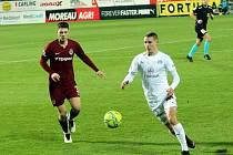 Fotbalisté Slovácka (v bílých dresech) na podzim podlehli pražské Spartě 1:2.