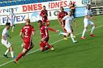 Fotbalisté Slovácka (v bílých dresech) v prvním zápase po pauze způsobené pandemií koronaviru přivítali olomouckou Sigmu.