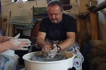 Výuka zájemců v tvorbě z keramické hlíny v dílně Petry Nožičkové v hradišťských Mařaticích