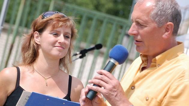 Moderátorka Petra Kučerová v rozhovoru se starostou obce Stanislavem Turečkem.