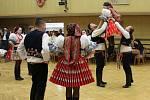 VE VÍRU TANCE. Krojovaní i tancechtiví v civilu si v sobotu přišli v Babicích na své.